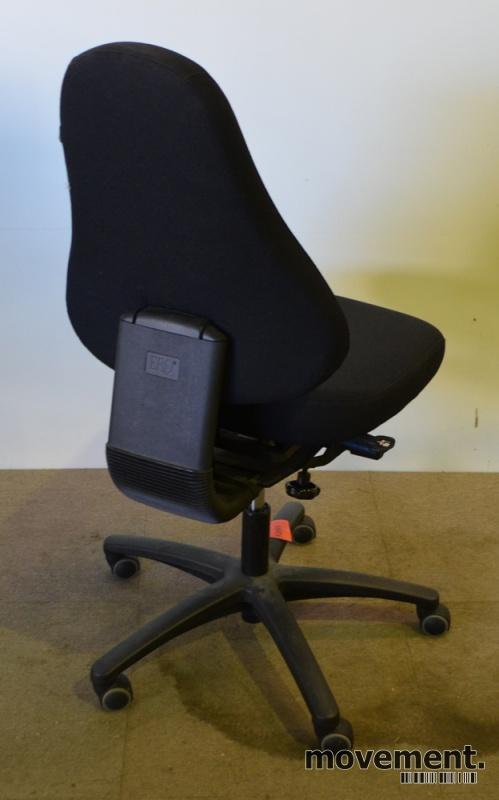 Ero kontorstol i sort stoff med armlene,pent brukt
