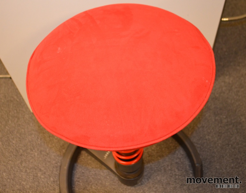 Swopper ergonomisk stol i rødtmikrofiberstoff på hjul, pent