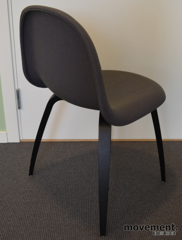 Gubi 3D konferansestol i aubergine stoff sorte treben