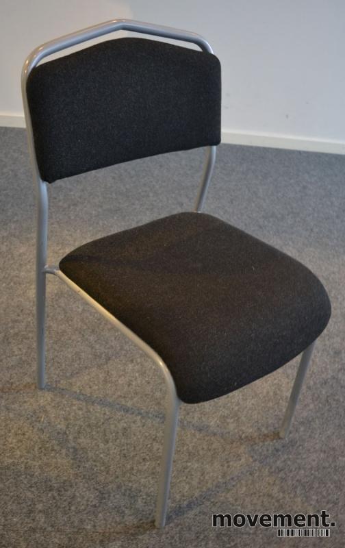 Konferansestol i sort med sete ikoksgrått stoff fra One