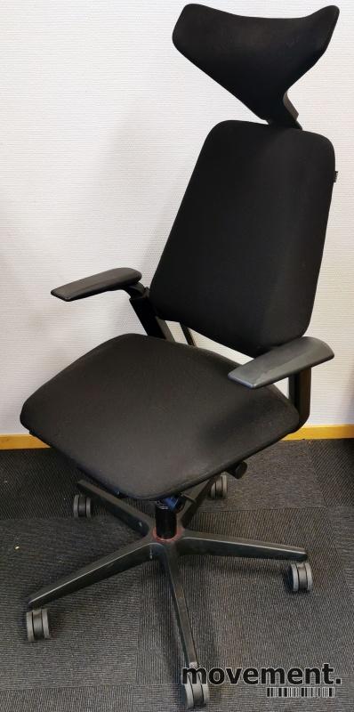 Savo Ikon, kontorstol i sort stoff mednakkepute og armlene